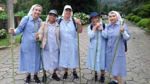 De hábito e tênis, Irmãs Pequenas Missionárias fazem peregrinação até Aparecida