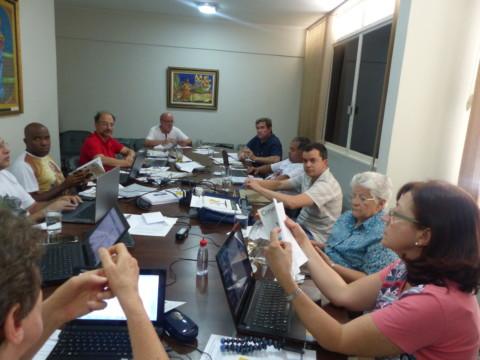 Equipe interdisciplinar em reunião